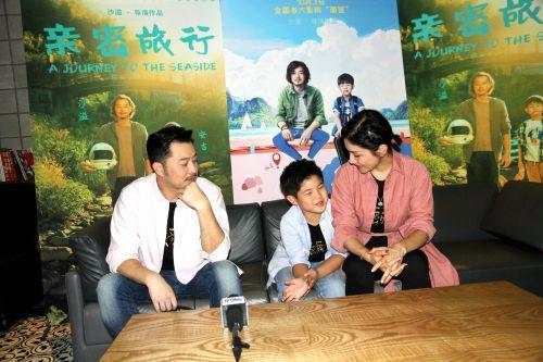 图为沙溢、胡可、安吉接受岛城媒体群访。 记者 马艺峰  摄